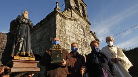 Veciños da parroquia de Carballedo coa imaxe e o cepillo do santo diante da igrexa
