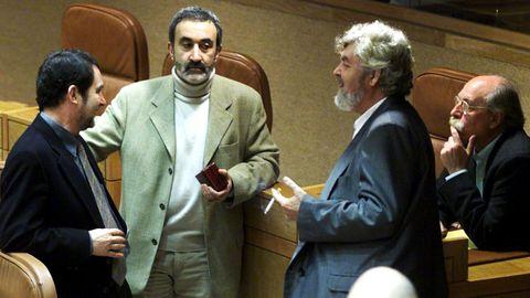 Xabier Casares, segundo por la izquierda, con Abel Caballero, Xosé Manuel Beiras y Anxo Guerreiro, en el año 2001, en la sesión conmemorativa del veinte aniversario del Estatuto en el Parlamento de Galicia
