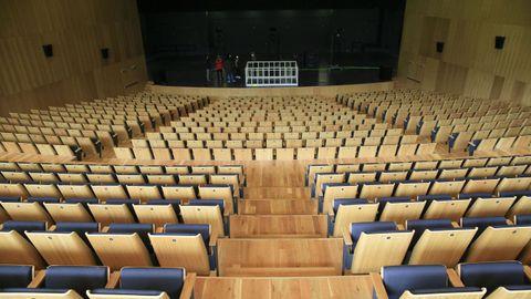 El auditorio tiene dos salas, la más grande tiene capacidad para 900 personas