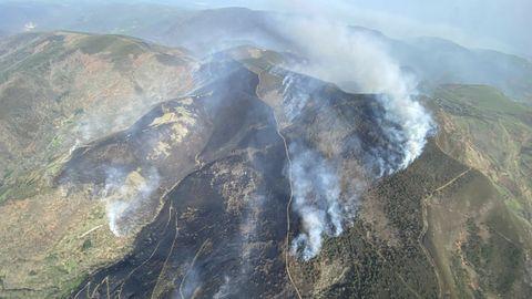 Una vista aérea del incendio de Meiraos tomada por los servicios de extinción