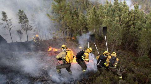 Fuego forestal en la parroquia de Marcelle, en Monforte, cerca del cañón del Sil