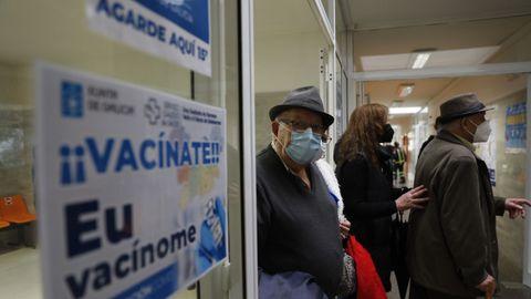 Varios de los pacientes citados para vacunarse en el centro de salud de O Carballiño este jueves