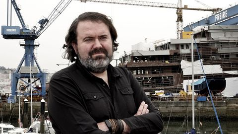 Rubén Pérez ante astilleros de Vigo, ciudad donde es concejal desde las elecciones del 2015
