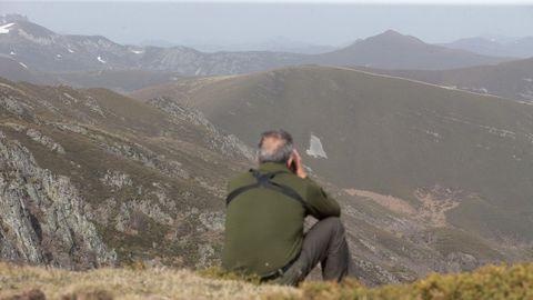 Un agente forestal realizando observación en la reserva
