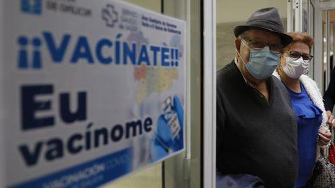 Vacunación de mayores de 80 años en el centro de Salud de O Carballiño