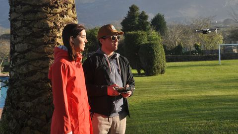 Laura Rodríguez y Diego Alonso vuelan un dron