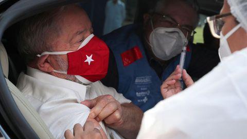 Lula da Silva, el pasado viernes recibiendo la segunda dosis de la vacuna china en São Paulo