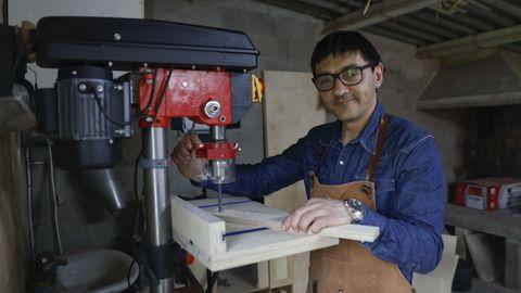 Manuel Sangiao, en su taller de carpintería de Lestedo, en Boqueixón