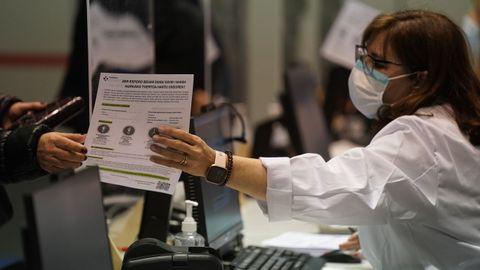 Dispositivo de vacunación masiva para menores de 65 años en el Bilbao Exhibition Center