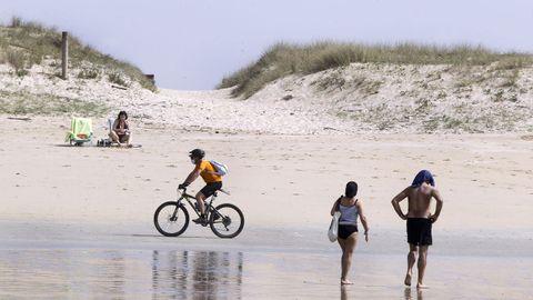 El buen tiempo atrae a los visitantes a las playas de O Grove