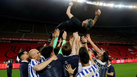 Imanol, manteado por sus futbolistas a la conclusión del partido ante el Athletic