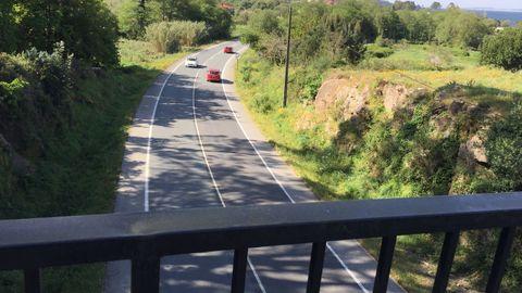 Puente de Bamio desde el que dos individuos arrojan piedras a la carretera que une Vilagarcía y Catoira