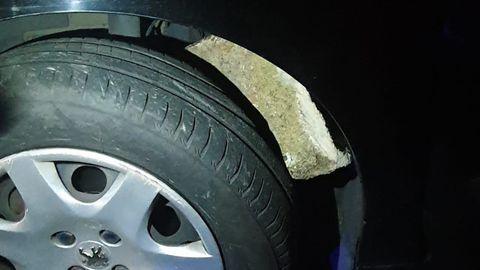 Estado en el que quedó la rueda de uno de los vehículos accidentados en Bamio, al incrustarse en ella una piedra