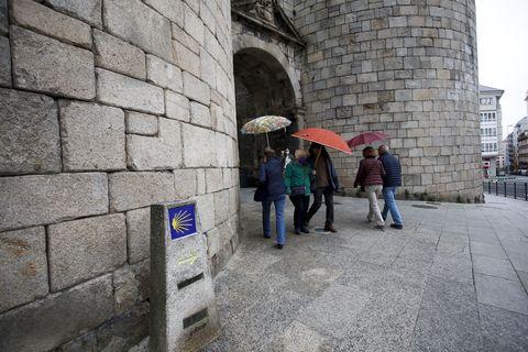 El Camino Primitivo entra en el recinto amurallado de Lugo por la puerta de San Pedro