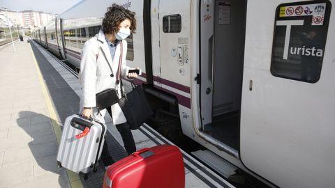 Una estudiante lucense se sube en Lugo al tren Alvia con destino a Madrid, donde estudia en la Complutense