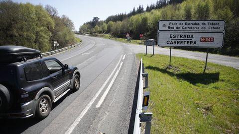 La carretera nacional sirve para la comunicación entre concellos por lo que frecuentemente hay vehículos agrícolas