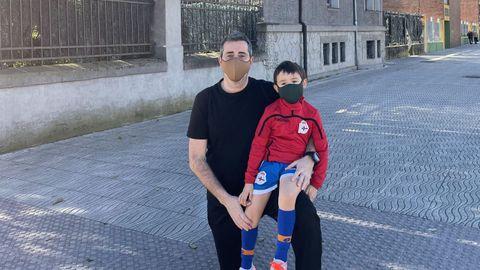 Juan, con su padre, de camino al entrenamiento con las categorías inferiores del Langreo