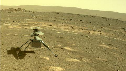 El helicóptero ya se encuentra sobre el suelo marciano esperando la orden para despegar