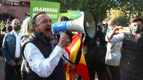 Uno de los seguidores de Vox, con un altavoz en el acto en Vallecas