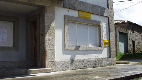 Exterior de la oficina local de Correos de Taboada -en el edificio de la casa consistorial- en una imagen de archivo