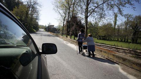 Sin aceras en la carretera entre Baralla y la A-6 en Neira de Rei