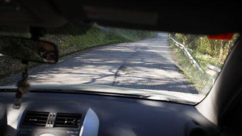 Numerosos baches en la carretera entre Baralla y la A-6 en Neira de Rei