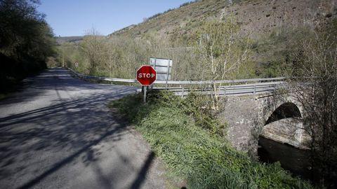 La carretera entre Baralla y la A-6 en Neira de Rei tiene un puente sobre el río Neira