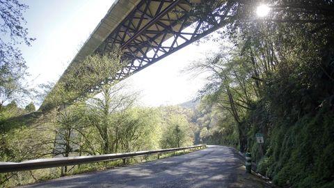 La carretera entre Baralla y la A-6 en Neira de Rei pasa por debajo de la autovía