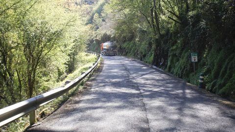 La carretera entre Baralla y la A-6 en Neira de Rei está llena de baches