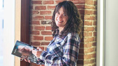 La fotógrafa Andrea Ramos con su nuevo libro «Besullo»