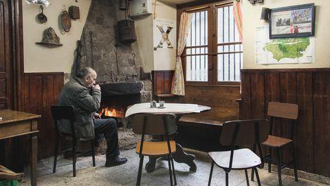 Luis de Pontones, junto a la chimenea de Casa Manón, un rincón emblemático que apenas ha variado desde hace al menos 50 años