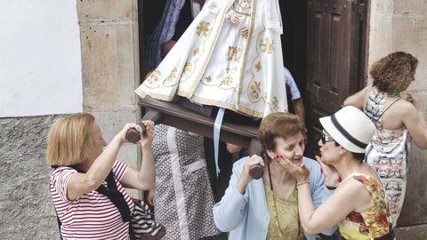 Procesión de la virgen de la capilla de Las Veigas, en el valle del río El Pumar