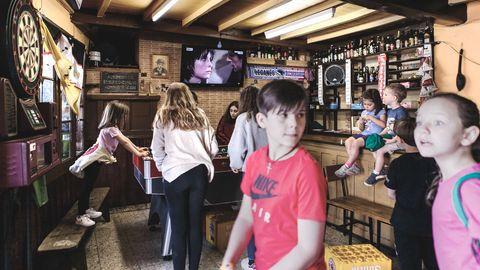 Hora de juegos infantiles en el bar de Casa Manón