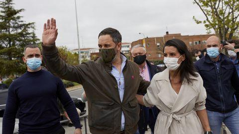 El líder de Vox, Santiago Abascal, y la candidata a la Presidencia de Madrid, Rocío Monasterio, saludan a su llegada a un acto del partido en Vicálvaro (Madrid)