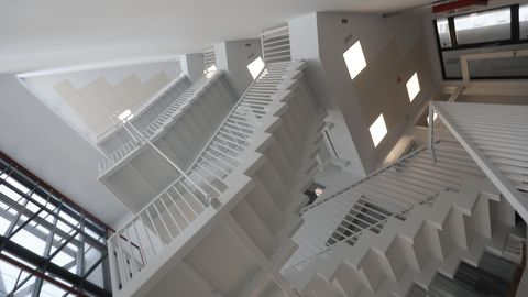 Una escalera llena de luz une las distintas plantas