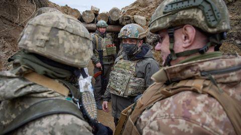 El presidente Zelenski durante su visita a las tropas en el Donbás