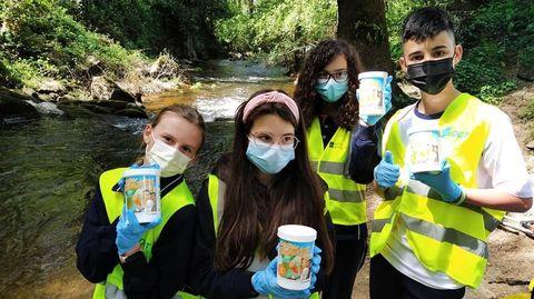 Los alumnos acondicionaron las orillas del río Lonia