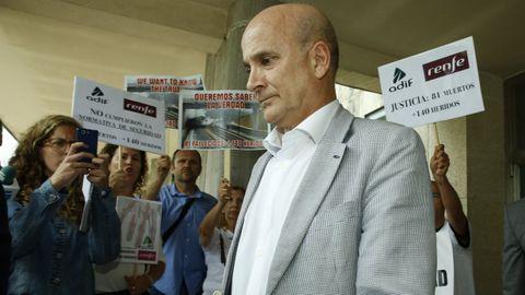 Foto de archivo de Cortabitarte rodeado por afectados por el siniestro de Angrois cuando acudía a declarar al juzgado