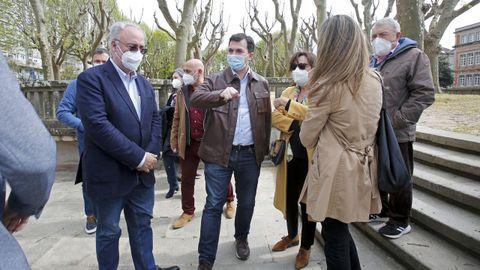Gonzalo Caballero, en el centro, con cargos del PSOE por Pontevedra, en la Alameda de la ciudad