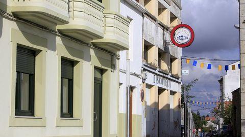 El antiguo cine Man de Rábade, al fondo, abrió su puertas en 1945