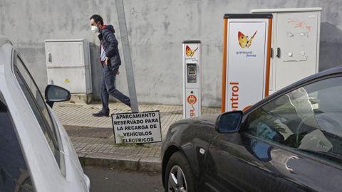 Postes abandonados. Las tomas que Gas Natural instaló hace años en varios puntos de la ciudad están inoperativas y el cartel que avisa que son plazas reservadas para coches eléctricos, en el suelo.