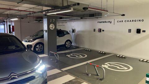 Tomas insuficientes. En Marineda City hay cinco tomas en un párking de 6.000 plazas. Dos son exclusivas de Tesla, una está ocupada y otra no funciona. Una barrera impide el autoservicio.