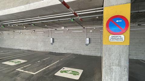 Cerrado en festivos. Zona de carga en el aparcamiento de Ikea, con enchufes de Iberdrola (hay que bajarse su app). Lidl y Froiz también tienen cargadores en algunos supermercados, pero solo se pueden usar los días laborables.
