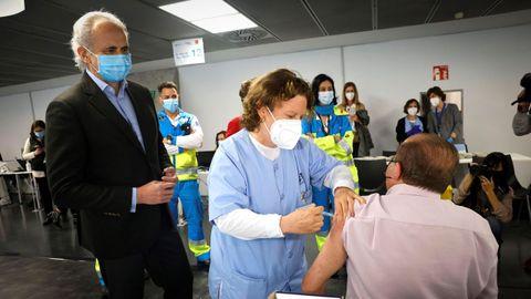 El consejero de Sanidad de Madrid, Enrique Ruiz Escudero, durante su visita al punto de vacunación masiva instalado en el Wizink Center de Madrid