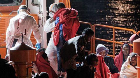 Imagen del 16 de marzo en el puerto de Arguineguín, en Gran Canaria, a la llegada del buque de Salvamento Marítimo Salvamar Macondo con 53 supervivientes de una patera rescatada a 15 kilómetros de la isla, entre ellos una niña de dos años que falleció días después en el hospital