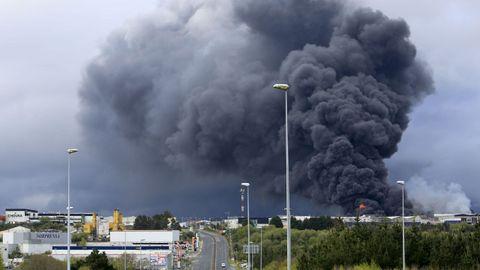 La columna de humo del incendio se veía desde kilómetros de distancia