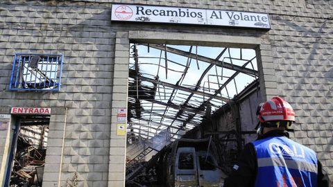 Emerxencias Galegas continúa actuando en las naves afectadas, la de Recambios al Volante quedó calcinada