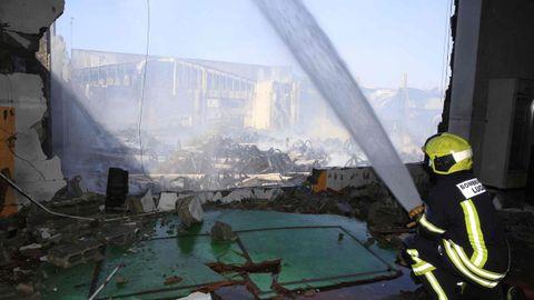 Más de 24 horas después del inicio del incendio, continúan los trabajos de extinción
