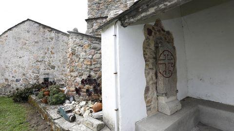 La lápida, que fue encontrada en la huerta de la iglesia parroquial de O Vicedo, tiene la llamada «cruz patada» de Santiago
