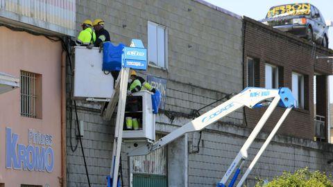 Operarios trabajan para recuperar la red eléctrica afectada